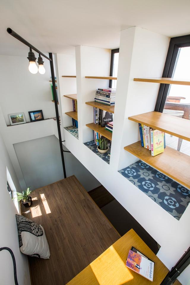 Nơi đây còn được thiết kế với hệ thống kệ gỗ dùng làm nơi để sách.