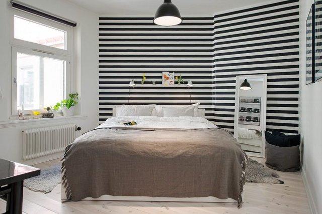 Bức tường nơi đầu giường được trang trí đặc biệt tạo chiều sâu cho không gian.