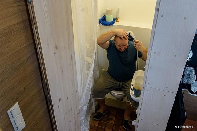 Khu vệ sinh được thiết kế vô cùng đơn giản chỉ với bệt và chậu rửa.