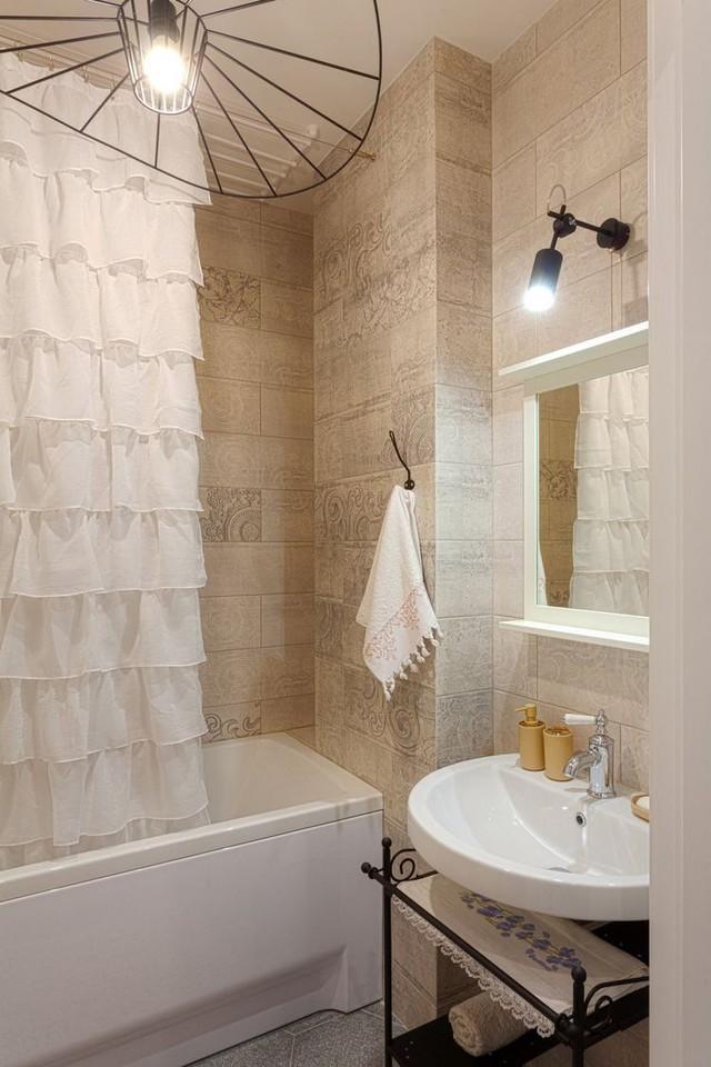 Chiếc bồn hoa sen được ngăn 1 vàih có không gian khác bằng 1 tấm rèm mỏng.