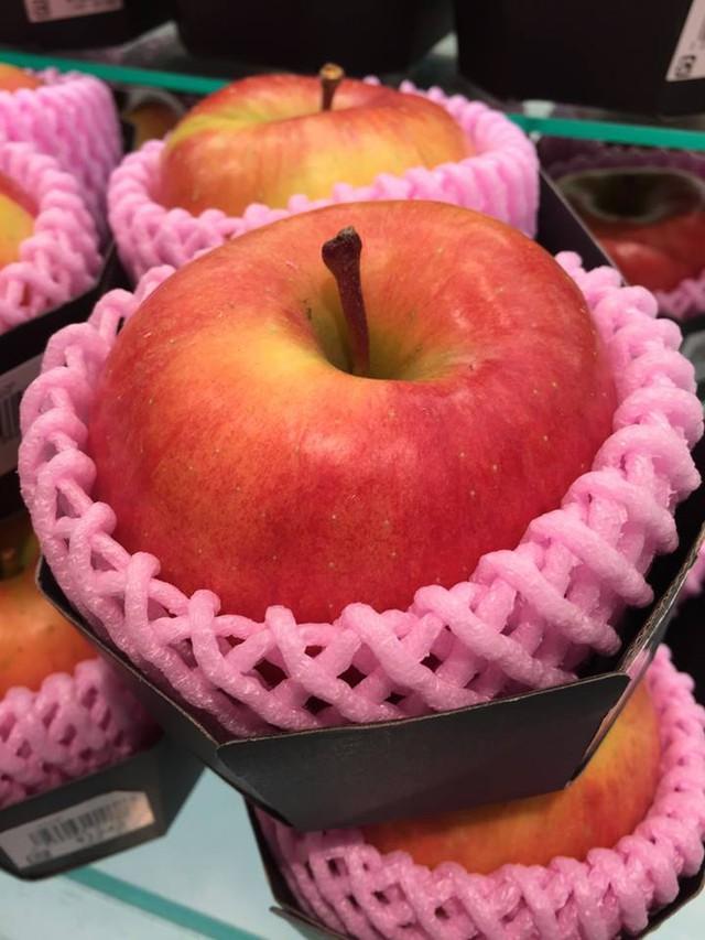 Đắt đỏ không kém, táo mật cũng gần 1 triệu đồng/kg