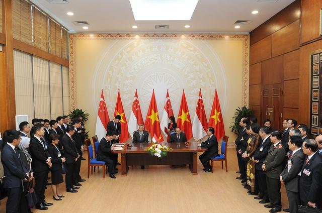 Hai Thủ tướng chứng kiến lễ ký kết văn kiện hợp tác của các địa phương, bộ, ngành hai nước. Ảnh VGP/Quang Hiếu