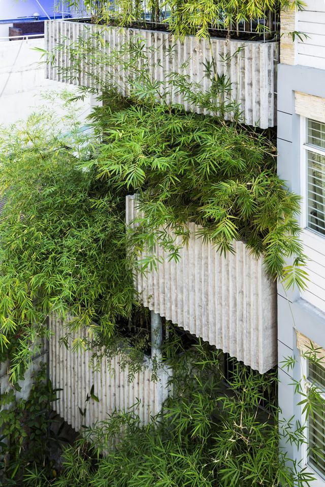Trên các tầng những bồn trồng cây được thiết kế khéo léo đan xen tạo thành những mái hiên sâu giúp ngôi nhà thoáng mát và không sợ bị mưa hắt vào trong.