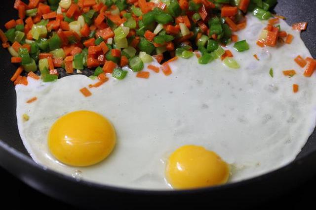 Mặc dù trứng gà rất tốt cho sức khỏe nhưng chúng ta không nên ăn nhiều.
