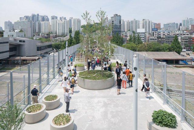 Du khách có thể đi lên công viên này bằng cầu thang đặt ở những địa điểm chỉ dẫn cụ thể.