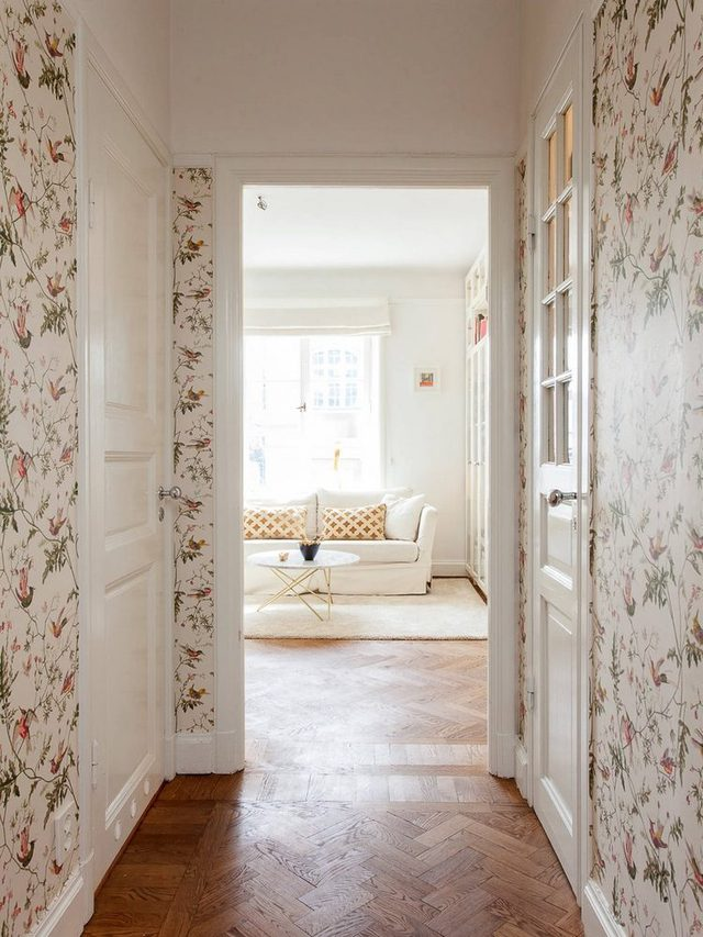 Giấy dán tường họa tiết cảnh quan môi trường xung quanh được chủ nhà chọn lọc dán vào một vài bức tường dọc lối vào khiến không gian phát triển thành đẹp, bắt mắt.