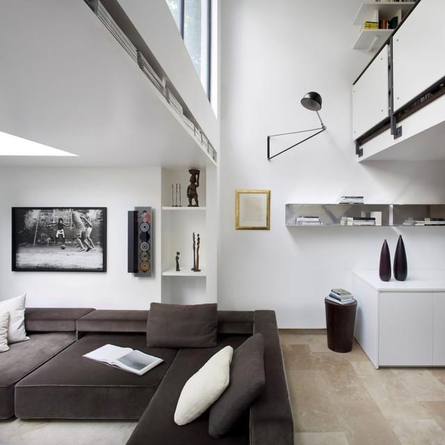 Xuyên suốt không gian căn nhà từ ngoài vào trong là tông màu trắng làm nền khiến không gian càng phát triển thành rộng hơn.