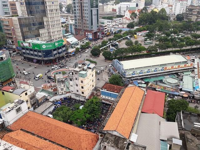 Khu Mả Lạng nhìn từ trên cao xuống khúc giao giữa Cống Quỳnh - Nguyễn Trãi, mặt gần có chợ Bến Thành.
