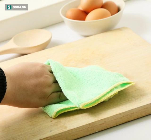 Dùng khăn lau khô đồ dùng sau khi rửa.