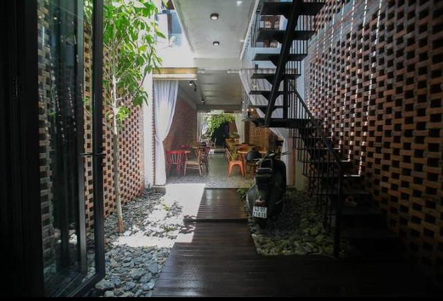 Với chiều rộng mặt tiền chỉ khoảng hơn 4m phía trước và 3,5m phía sau nên toàn bộ khu vực kinh doanh đều được sắp xếp theo chiều dài ngôi nhà.