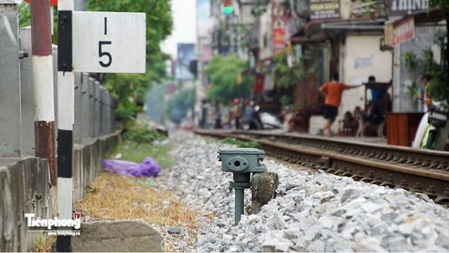 Biển báo và hệ thống còi tự động trong khu dân cư đông đúc có rất nhiều các con phố ngang dân sinh cắt ngang qua tuyến các con phố sắt.