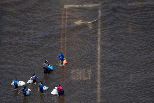 Lũ lụt ở TP Port Arthur hôm 31-8. Ảnh: REUTERS