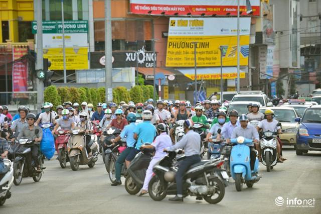 Ghi nhận ở nút giao ngã tư Trường Chinh - Tôn Thất Tùng - Lê Trọng Tấn khi 17h cho thấy cảnh tượng giao thông hỗn loạn.