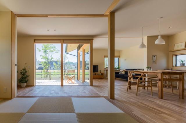 Cũng như đa số những ngôi nhà của người Nhật, nội khu xe trong nhà này đa số được làm bằng gỗ môi trường xung quanh sáng màu có đến không gian thân thiện và vô cộng mát mẻ.