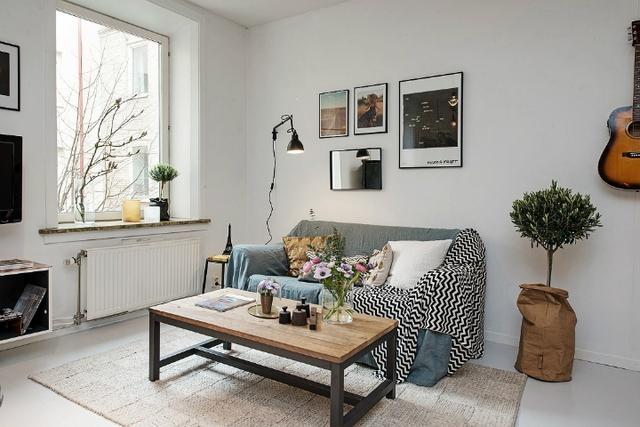 Không gian tiếp khách được chủ nhà dành riêng một vị trí đẹp nhất và thoáng nhất cạnh cửa sổ. Nơi đây cũng được bài trí khá đơn giản với 1 chiếc ghế sofa dài kê sát tường và 1 bàn trà nhỏ.