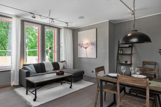 Màu sắc đặc trưng cho căn hộ là gam màu trung tính xám - trắng. Đây là một lựa chọn an toàn cho mọi ngôi nhà.