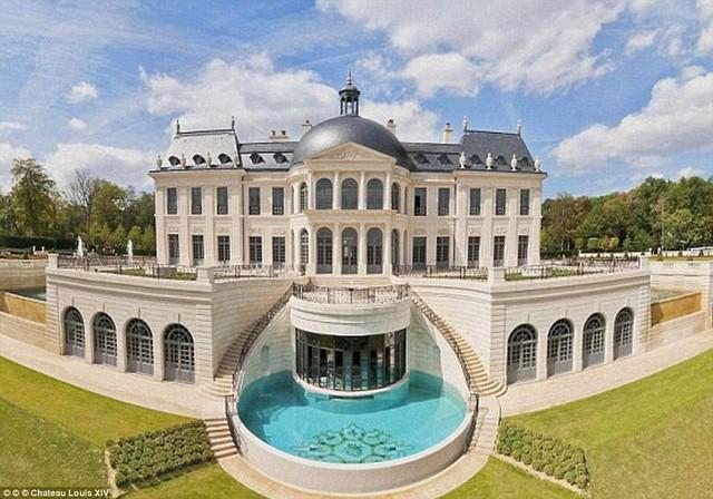 Nhìn bề ngoài, Cung điện Chateau Louis XIV mang phong cách kiến trúc thế kỷ XVII. Toàn bộ hệ thống đài phun nước, ánh sáng, điều hòa không khí, nhiệt độ và âm thanh của cả tòa nhà đều có thể điều khiển thông qua một chiếc iPhone.