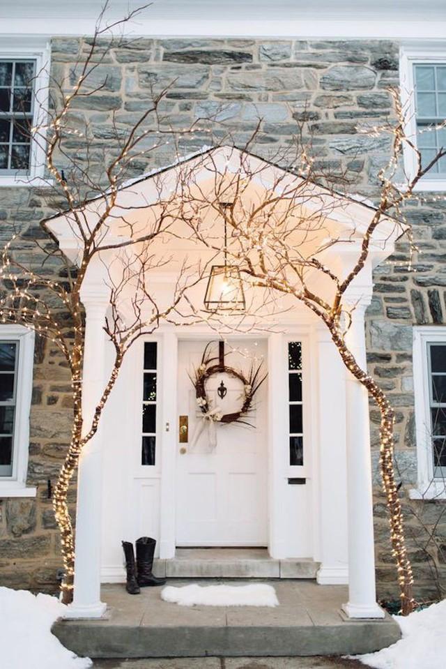 Hay đơn giản chỉ là một vòng nguyệt quế và đèn led như thế này cũng đủ thấy ấm cúng trong mùa đông lạnh giá.