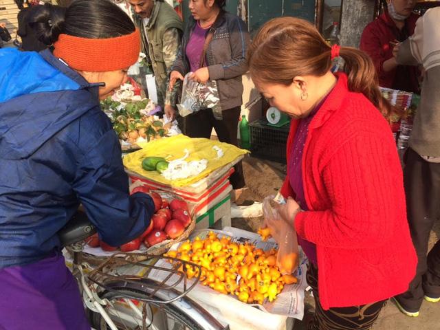 Dân Hà Nội đang chọn mua quả dư thừa về thờ Tết cầu may