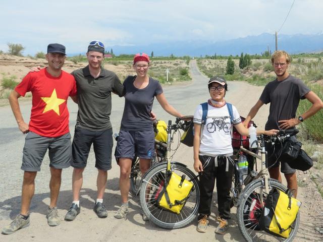Chụp ảnh chung với những bạn đường ủng hộ chiến dịch Đạp xe vì tương lai.