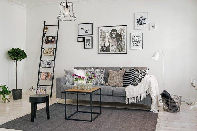 Chiếc thang nhỏ xinh xắn làm nơi để những cuốn tạp chí cùng những bức tranh nghệ thuật treo tường mang đến không gian lạ mắt cho góc nhỏ.