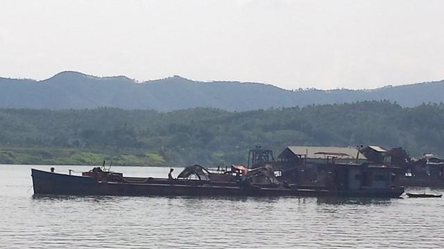 Tại thời điểm PV ghi hình là 13h, song trên sông vẫn có khoảng vài chục tàu cuốc, tàu hút cát đang khai thác rầm rộ. (Ảnh: Đ.T)