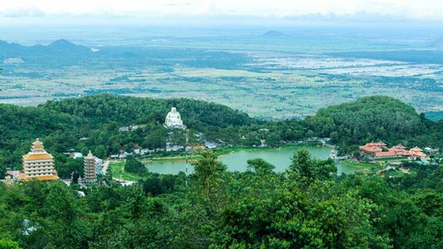 Lên đến vồ Bồ Hong, lữ khách có thể phóng tầm mắt để chiêm ngưỡng đồng bằng và toàn cảnh hồ Thủy Liêm.