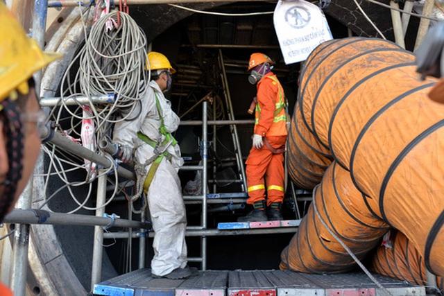 Các công nhân đang tiến hành bảo dưỡng tại phân xưởng Cracking xúc tác tầng sôi. Ảnh: Tử Trực