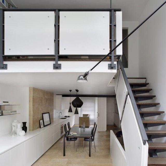 Bước vào nội khu là khu vực bếp ăn. Phòng bếp được bố trí theo chiều dọc của căn hộ cao tầng để tiết kiệm qui mô.