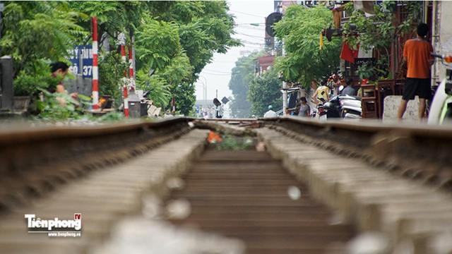 Hệ thống các con phố sắt Việt Nam giai đoạn này vẫn chủ yếu chạy trên hệ thống các con phố ray khổ ngang 1m nên tốc độ đi lại chậm.