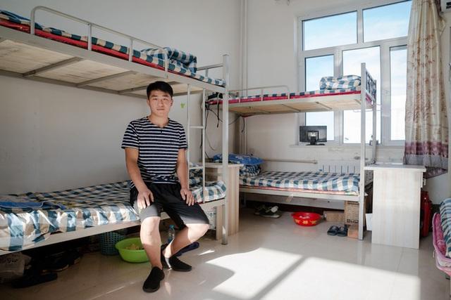 Thợ mỏ Hou Jie, 24 tuổi, chia sẻ phòng ký túc xá với 7 đồng nghiệp