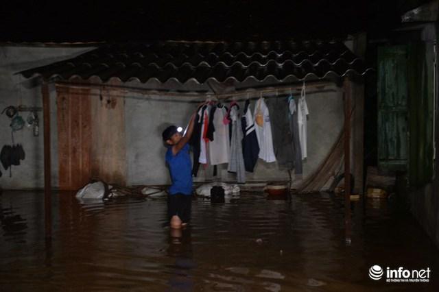 Hà Nội: Nước ngập lút nhà, dân trắng đêm sơ tán tài sản - Ảnh 4.