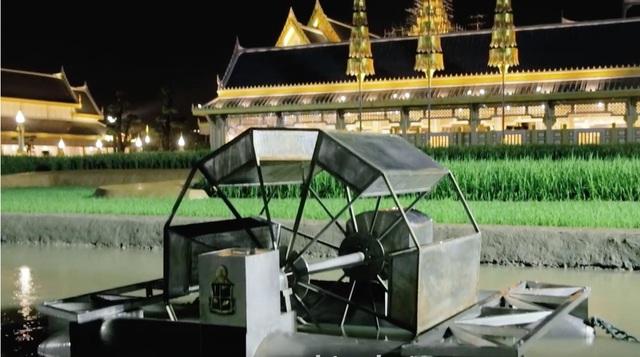 Các kiến trúc sư cũng sắp xếp một khu vườn nhỏ trồng lúa và rau xanh nhằm gợi nhớ đến những đóng góp của Quốc vương đối với sự phát triển nông nghiệp Thái Lan.
