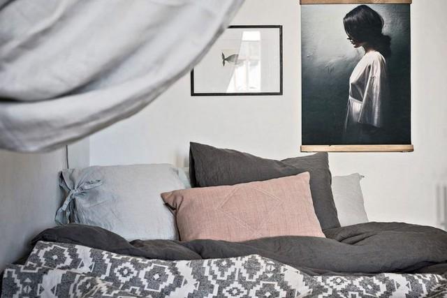 Trong căn hộ chung cư studio của cô nàng độc thân thành mọi không gian công dụng được kiến trúc mở, thông thoáng. Góc nghỉ ngơi được dành 1 dao động nhỏ yên tĩnh và ngăn có không gian tiếp khách bằng 1 tấm rèm.