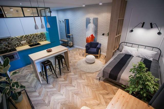 Bước vào bên trong căn hộ, điểm thu hút đầu tiên đó là những món nội thất đặc biệt với gam màu xanh tươi mát.
