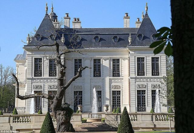 Cung điện có 10 dãy phòng ngủ, phòng tiếp đón có trần cao gần 16m được trang trí bích họa, một thư viện, một hầm rượu vang chứa được 3.000 chai rượu.