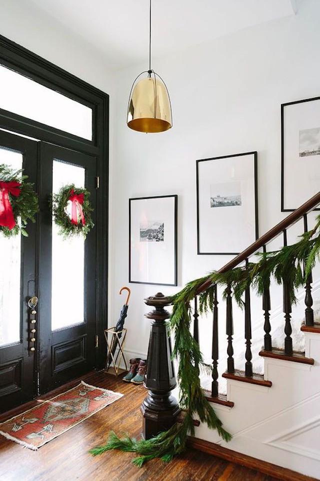 Bạn có thể dễ dàng mang không khí Giáng sinh vào nhà bằng những nhành thông kết lại với nhau dọc cầu thang hoặc tết thành vòng nguyệt quế treo trước cửa nhà là đã thấy không khí noel rồi.