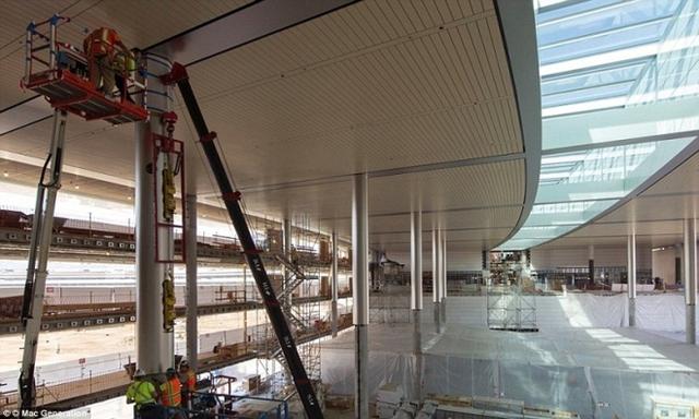 Bên trong tòa nhà còn có khu hội trường dưới lòng đất với sức chứa 1.000 chỗ ngồi, trung tâm thể dục dành cho nhân viên rộng hơn 9.000 m2, bãi đậu xe với sức chứa 11.000 chỗ.