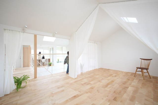 Khác với những ngôi nhà bình thường, ngôi nhà này sử dụng những tấm rèm che màu trắng thay vì những bức tường thô cứng bí bách để phân chia không gian. Chính vì vậy mà ngôi nhà lúc nào cũng thoáng sáng và tràn ngập ánh sáng tự nhiên.