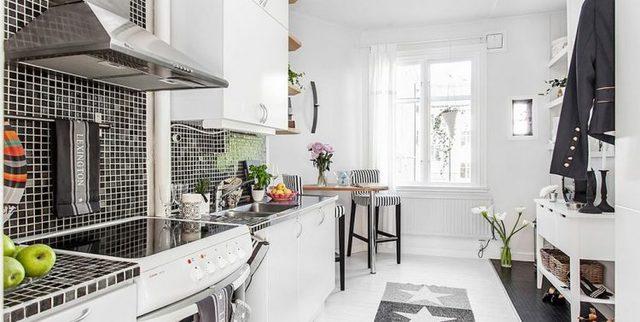 Khu bếp và bàn ăn được đặt đối diện với phòng khách và khu vực nghỉ ngơi. Không gian nơi đây được thiết kế ấn tượng nổi bật bởi 2 tồng màu đối lập đen – trắng.