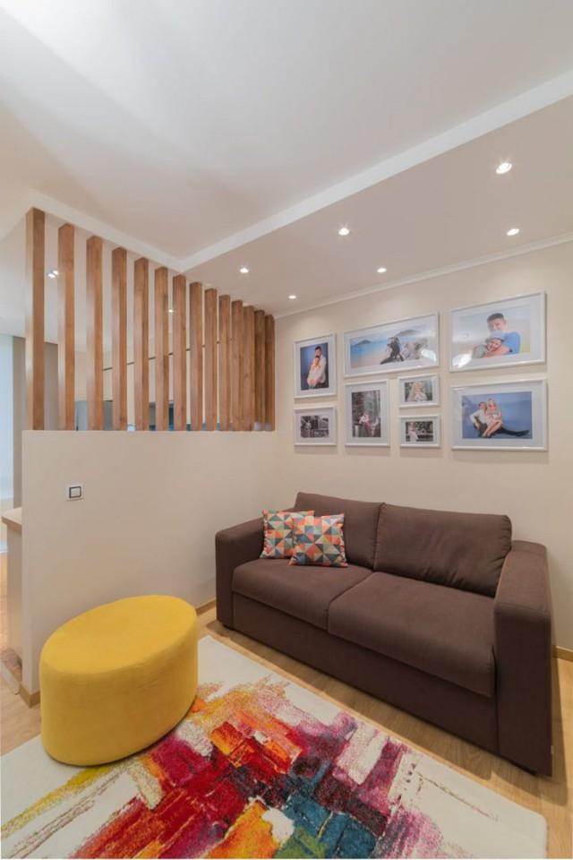 Không gian nơi đây tràn ngập màu sắc với chiếc thảm trải sàn, gối ôm cùng chiếc ghế nhỏ xinh màu vàng bắt mắt. Trên bức tường chủ nhà còn nhấn nhá bằng những bức tranh gia đình hạnh phúc.