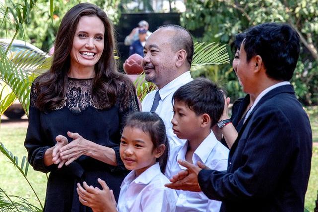 Angelina có thực sự đang vui vẻ đắc thắng như nụ cười mà cô nở trên môi?
