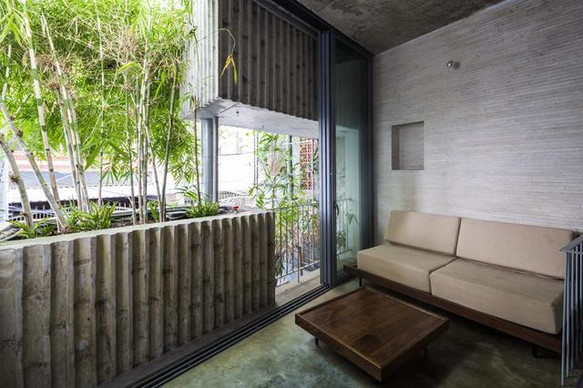 Bên trong ngôi nhà mọi không gian chức năng đều rất thoáng và tràn ngập ánh sáng tự nhiên. Phòng khách thiết kế đơn giản nhưng tuyệt đẹp cạnh bồn cây xanh.