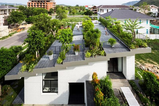 Căn nhà được xây dựng trên diện tích đất nền 276 m2, diện tích sàn 492 m2, sở hữu khu vườn trên mái hình bậc thang độc đáo. Trên mái nhà chủ nhân có thể thong thả đi dạo, ngắm cảnh và thư giãn giữa không gian xanh mướt.