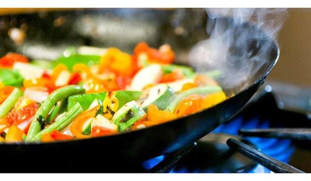 Ít ai biết rằng, khói dầu phòng bếp cũng là một trong số những nguyên nhân phổ biến dẫn đến ung thư phổi. (Ảnh minh họa).