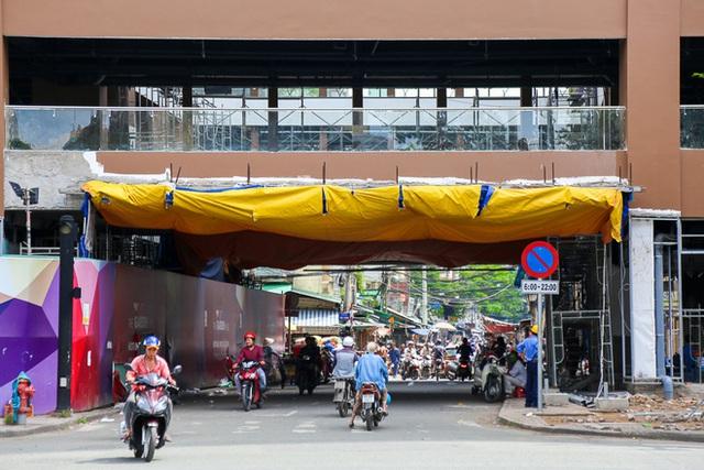 Con đường xuyên giữa qua tòa nhà Thuận Kiều vẫn được giữ lại để người dân trong khu vực lưu thông. Hiện vị trí này đang thi công sửa lại các mảng tường bị xuống cấp.