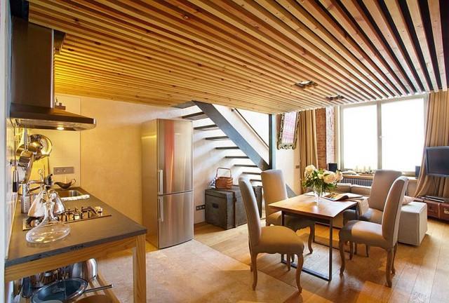 Nối liền với không gian tiếp khách là bếp và khu vực ăn uống. Toàn bộ khu vực này được bố trí mở nhờ vậy mà ánh sáng từ phía cửa sổ có thể len lỏi vào mọi ngõ ngách của căn phòng.
