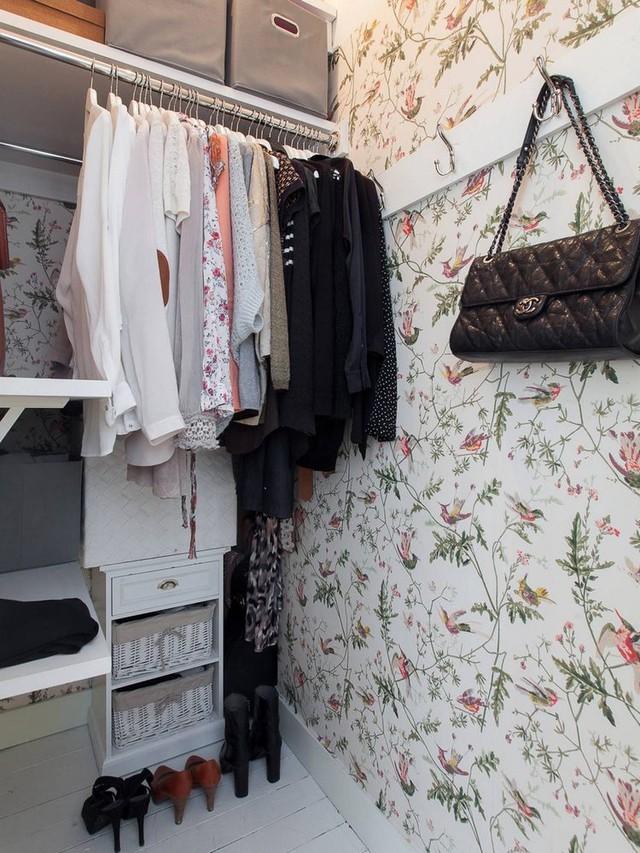 Sau một vài cánh cửa dọc lối vào là tủ đựng quần áo, đồ dùng gia đình. Mọi thứ được sắp xếp rất gọn gàng ngăn nắp.