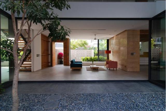 Khu vực tầng 1 được thiết kế ấn tượng với toàn bộ không gian mở, thông suốt. Phòng khách được dành một vị trí trung gian, đẹp nhất ở giữa nhà. Khu vực hai bên là bếp, bàn ăn và không gian đọc sách.