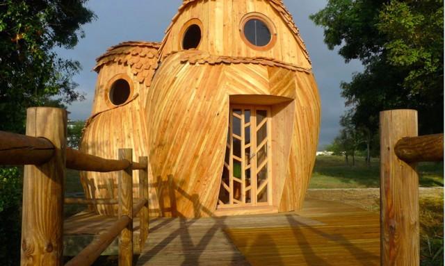 Ngôi nhà được kiến trúc đảm bảo có phần khung gỗ đặc hình tròn và ốp ngoại khu bởi những dải gỗ uốn lượn, mô phỏng bộ lông của chim cú.